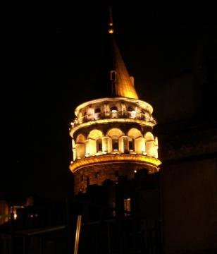 Torre de Gálata de noche
