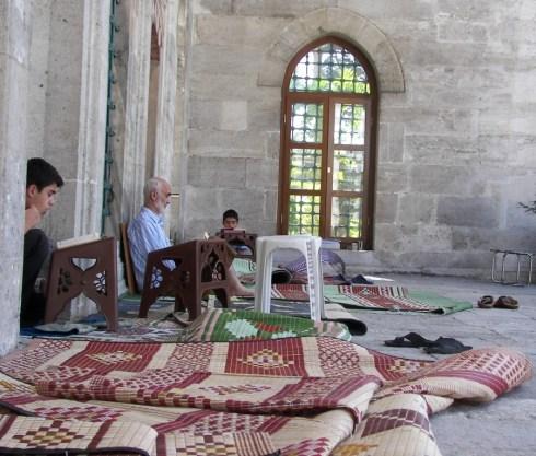 Jóvenes estudiando el Corán
