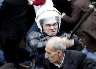 Policia golpeando a manifestante