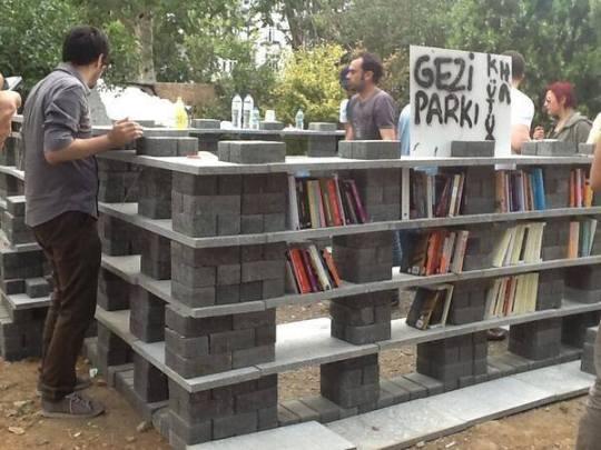 Libreria improvisada en parque Gezi