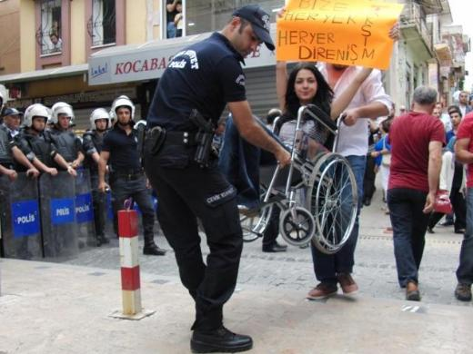 policia ayuda a manifestante invalida