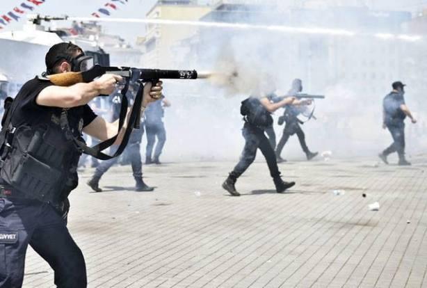 Policia turca disparando contra los manifestantes