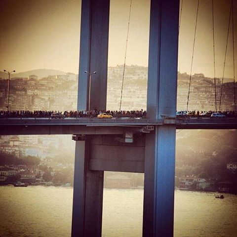 Puente del Bósforo lleno de manifestantes